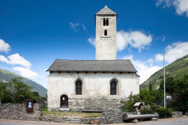 Chiesa di San Benedetto di Malles Venosta nel suo recinto in pietra