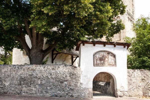 Chiesa di San Martino di Malles Venosta - Recinzione e affresco su legno di San Martino