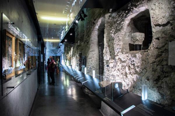 Corridoio con ritratti di monaci benedettini e storia dell'Abbazia di Monte Maria