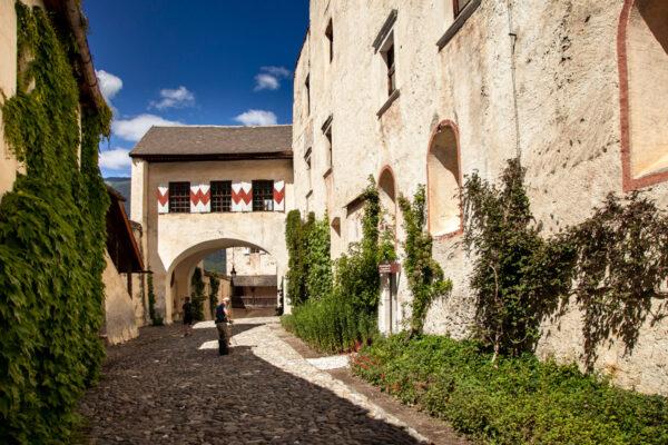 Cortile esterno di Castel Coira