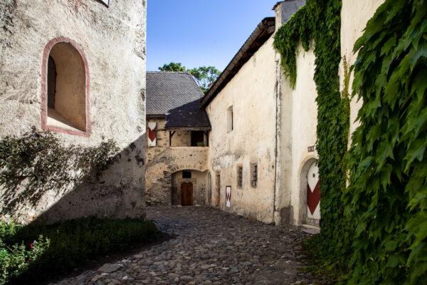 Cortile esterno di Castel Coira chiuso dal bastione posteriore
