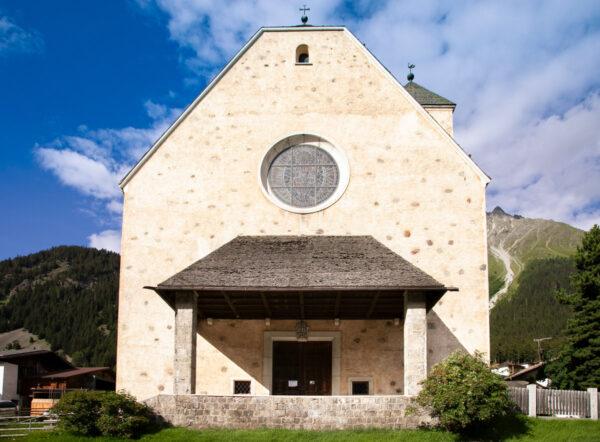 Facciata con rosone e porticato della chiesa di San Sebastiano - Resia
