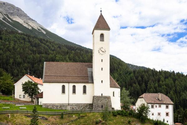 Fiancata e campanile della chiesa di Santa Caterina a Curon Venosta
