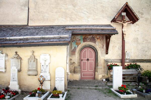 Ingresso alla chiesa di Santa Maria Assunta nel cimitero