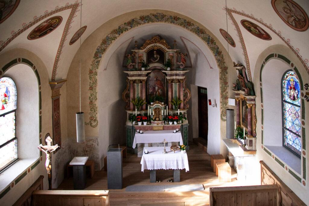 Interni della chiesa di Santa Maddalena nei pressi di Melago