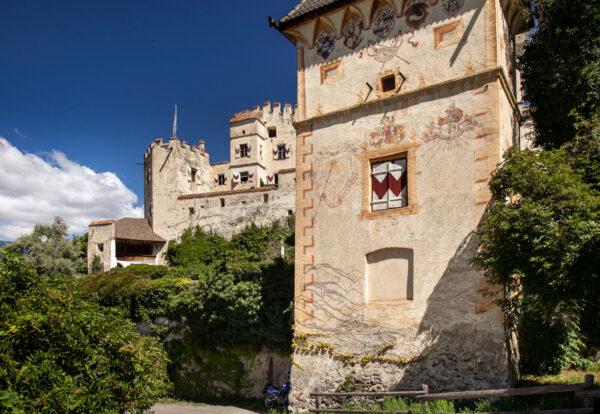 La torre colombaria di castel Coira che spunta davanti ai giardini