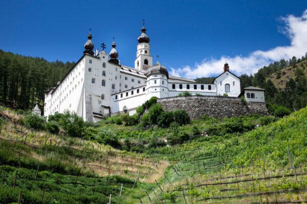 Marienberg - Abbazia di Monte Maria immersa tra i vigneti della Val Venosta