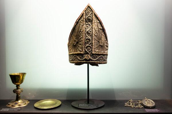 Mitra in lino e oro del XV secolo e medaglione in argento e calici e piattino in argento - Museo Ora et Labora