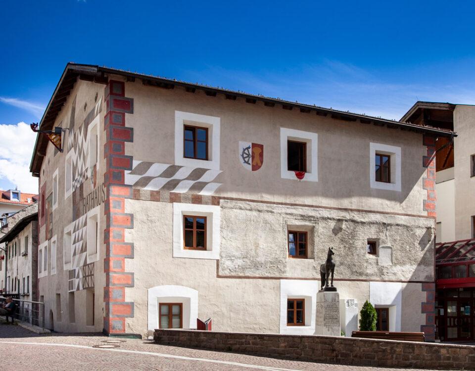 Municipio di Sluderno e statua del cavallo avelignese
