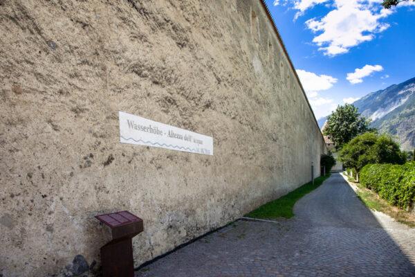 Mura storiche di Glorenza e segno alluvione