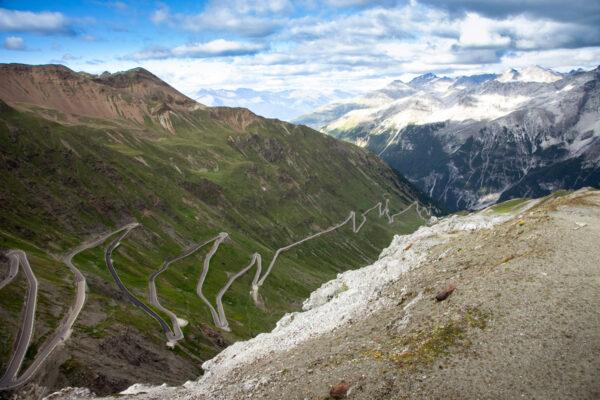 Panorama sulla strada dello Stelvio dal Rifugio Alpino Tibet Hutte