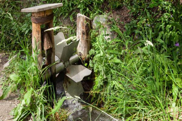 Piccoli mulini in miniatura con campana lungo la roggia di Leitenwaal - Sentiero delle Rogge