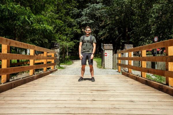 Ponte in legno che attraversa il fiume di Sluderno