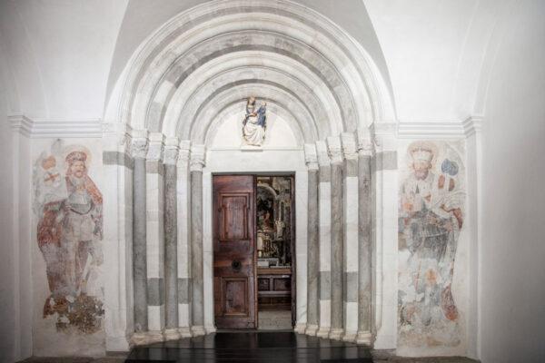 Portale romanico della chiesa di Nostra Signora
