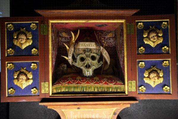 Reliquiario e teschio decorato - Mostra sul lavoro artigiano monastico