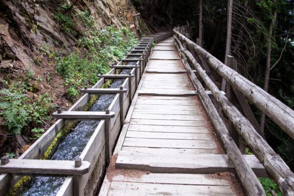 Sentiero delle Rogge - Tratto in cui il canale viene fatto passare su travi di legno
