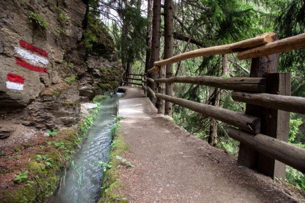 Sentiero segnalato lungo la roggia di Leitenwaal - Sluderno