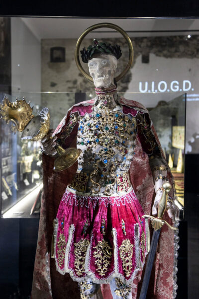 Valentino - Santo delle catacombe - scheletro vestito e decorato suntuosamente - Mostra al museo Ora et Labora