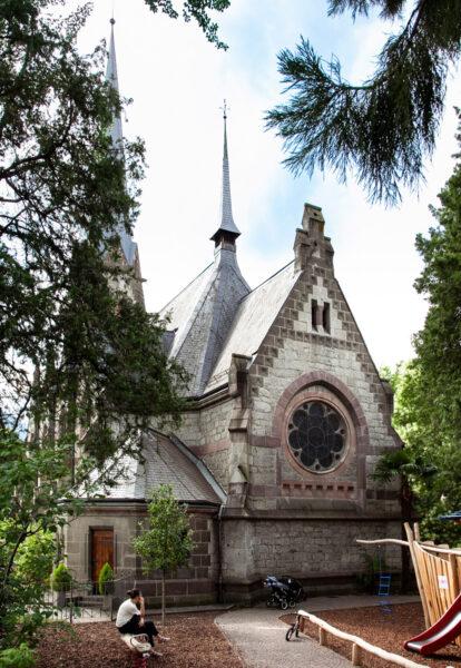 Abside della chiesa evangelica di Merano tra gli alberi