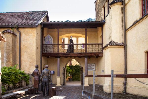 Accesso al cortile interno del castello con porticato sospeso