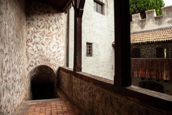 Ballatoi e cortile con porticati del castello principesco
