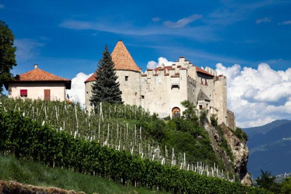 Castello di Castelbello su sperone di roccia in Val Venosta