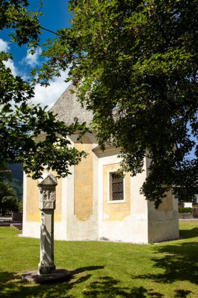 Chiesa di San Salvatore e colonna antica