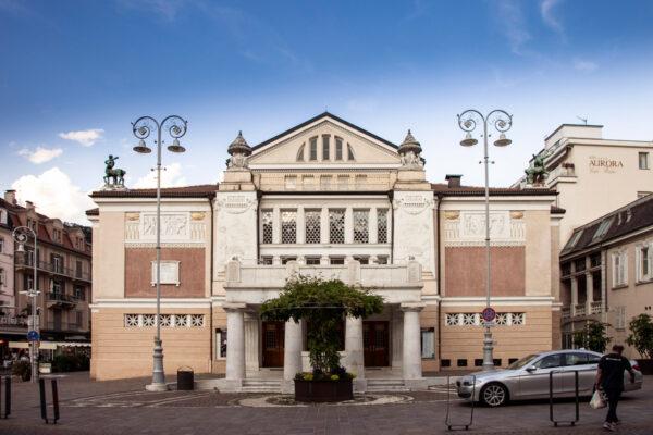 Facciata del Teatro Civico Puccini a Merano