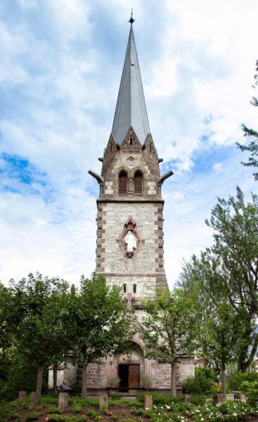 Facciata e campanile della chiesa evangelica di Merano