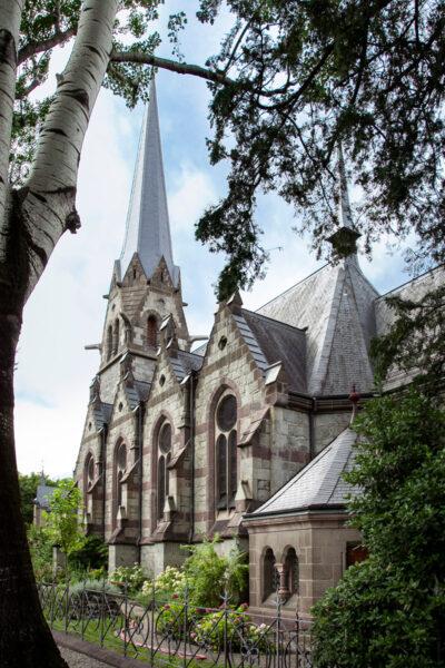 Fiancata con finestroni della chiesa evangelica di Merano