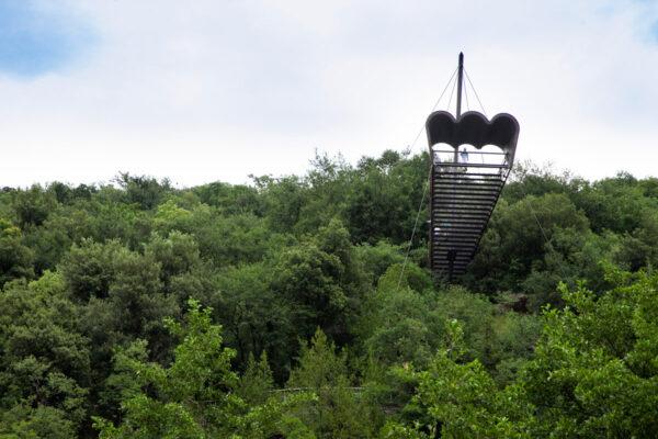 Il Binocolo di Matteo Thun visto dai giardini botanici sotto il castello