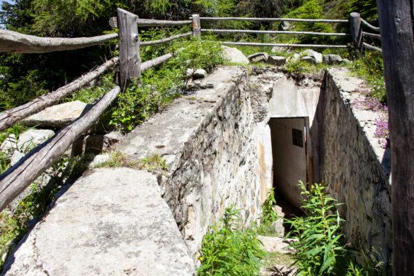 Ingresso al bunker sotterraneo al fianco dello sbarramento anticarro