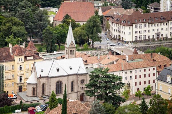 Jugendkirke - Chiesa del Sacro Cuore di Merano vista da Torre delle Polveri