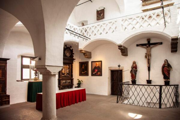 Opere di Arte Sacra ai muri del municipio di Vipiteno