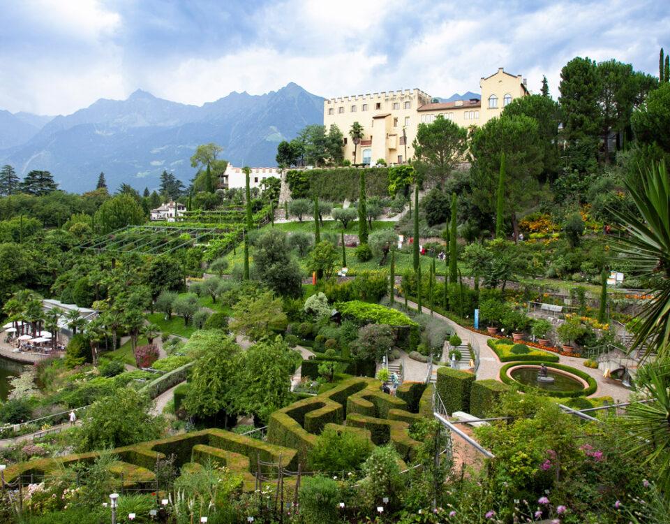 Panorama sui giardini botanici di Castel Trauttmansdorff - Laghetto delle ninfee, giardini all'italiana e labirinto