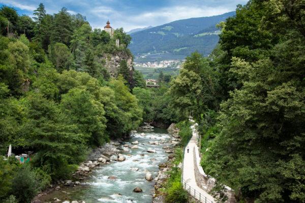 Passeggiata Gilf di Merano - Castel San Zeno sullo sfondo e Torrente Passirio