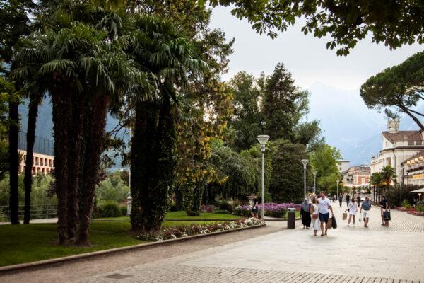 Passeggiata Lungopassirio o passeggiata della Cura con piante e palme