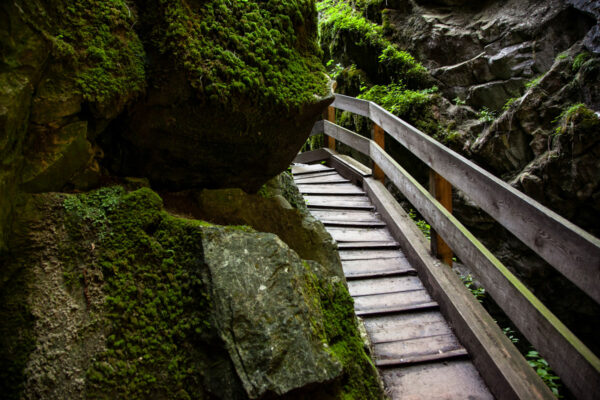Passerelle e scalinata in legno adiacente alla roccia