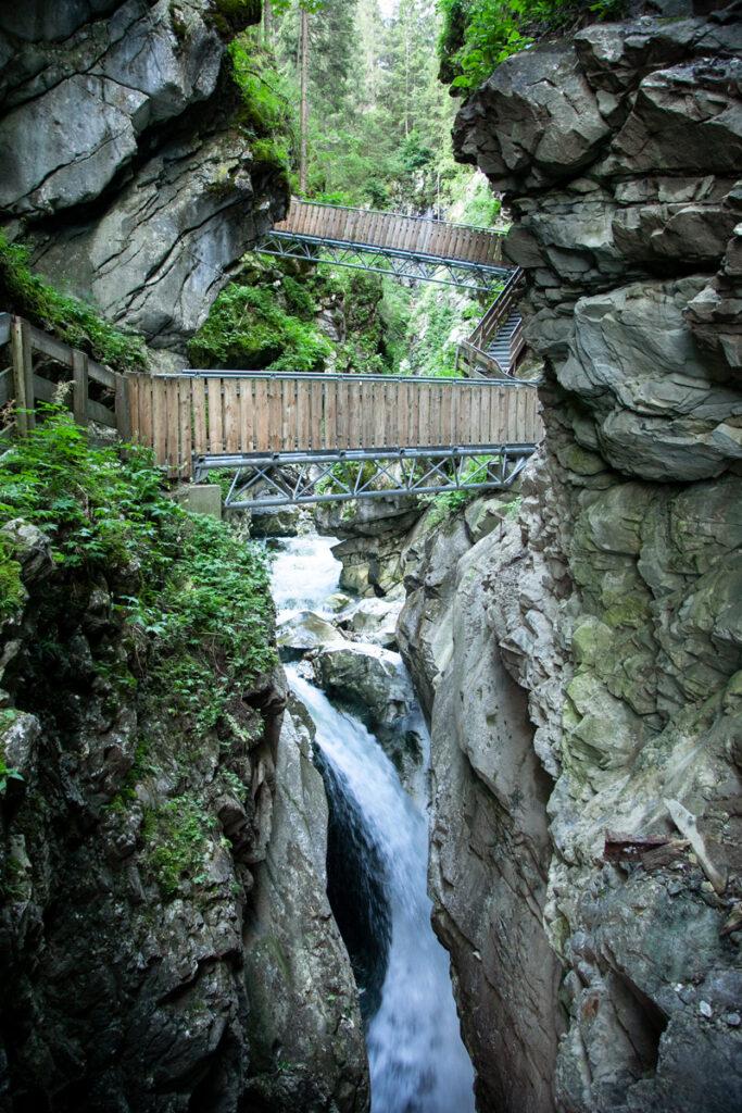 Passerelle in legno e scalinate attaccate alle rocce dell'orrido di Stanghe