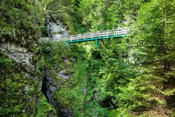 Passerelle in legno sul rio Parcines - Trekking alle Cascate delle Stanghe