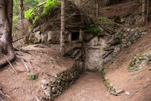 Porta di un bunker a valle mimetizzato nella roccia