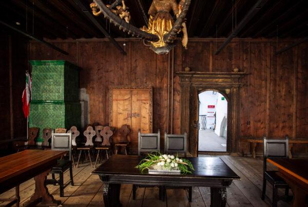 Sala del Consiglio del Palazzo Comunale di Vipiteno con stufa in maiolica