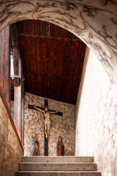 Scalinata e porticato con crocifisso del Castello Principesco