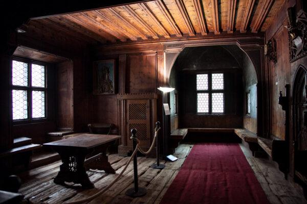 Stanza interna del Castello Principesco di Merano con rivestimento in legno
