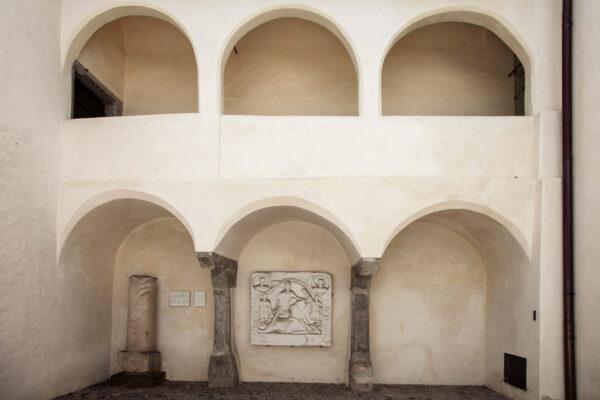 Stele del Dio Mitra, Rilievo di una divinità persiana, pietra miliare del 200 dopo Cristo nel cortile del Palazzo Comunale di Vipiteno