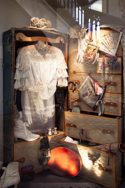 Valigia e abiti dei turisti ottocenteschi