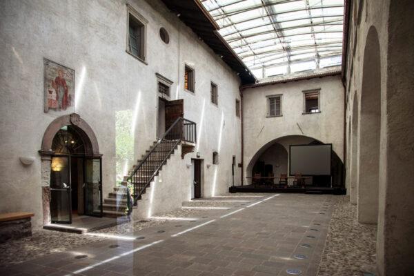Castel Mareccio - Ingresso dal cortile interno e affresco