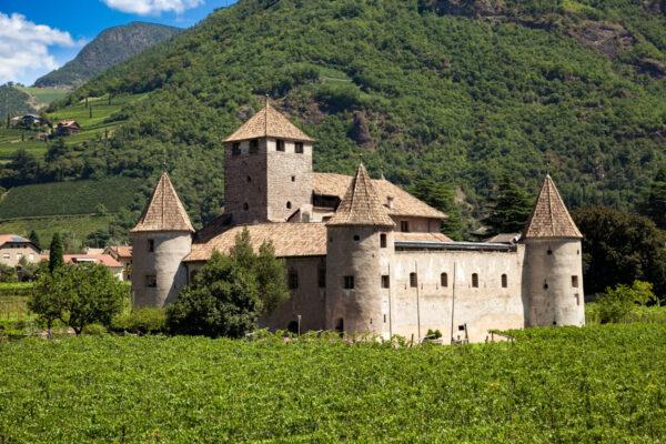 Castel Mareccio di Bolzano visto tra i campi coltivati