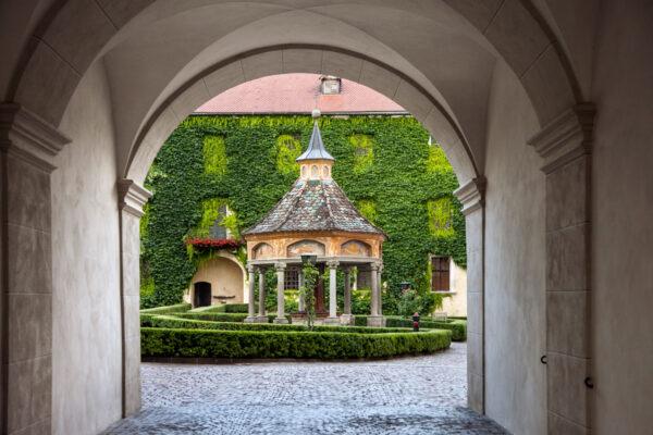 Chiostro abbazia di Novacella con pozzo delle Meraviglie