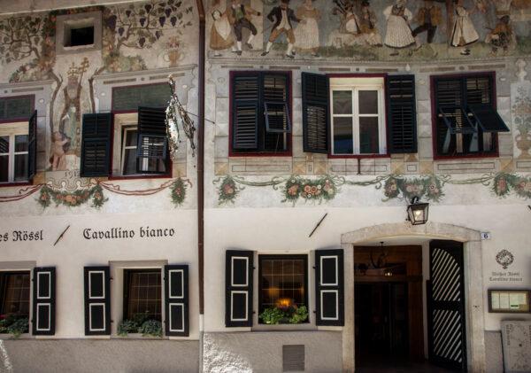 Facciata affrescata del ristorante Cavallino Bianco - Bolzano